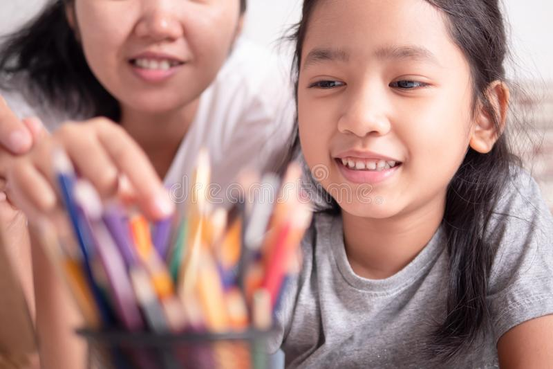 Azjatycka mała dziewczynka i kobieta wybiera kolor zdjęcie royalty free
