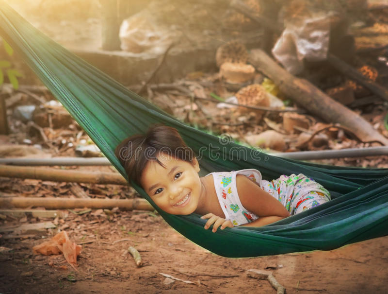 Azjatycka mała dziewczynka w hamaka ono uśmiecha się zdjęcia royalty free
