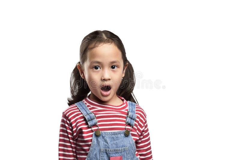 Azjatycka mała dziewczynka z śmiesznym zdziwionym wyrażeniem obraz stock