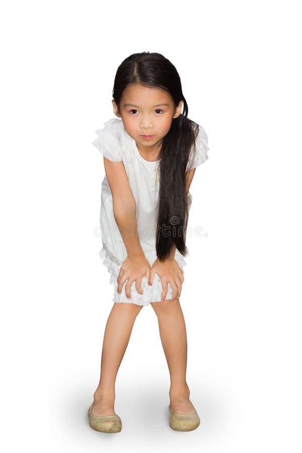 Azjatycka małej dziewczynki pozycja z rękami na kolanach zdjęcie royalty free