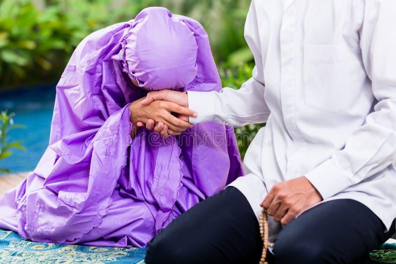 Azjatycka Muzułmańska para, mężczyzna i kobieta ono modli się w domu, zdjęcia royalty free