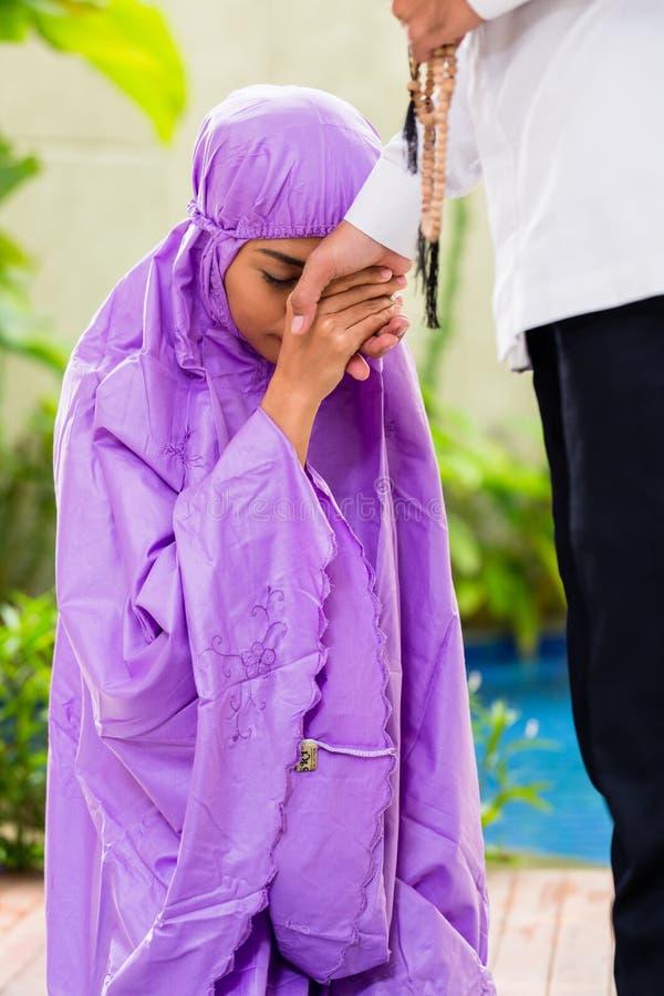 Azjatycka Muzułmańska para, mężczyzna i kobieta ono modli się w domu, obrazy stock
