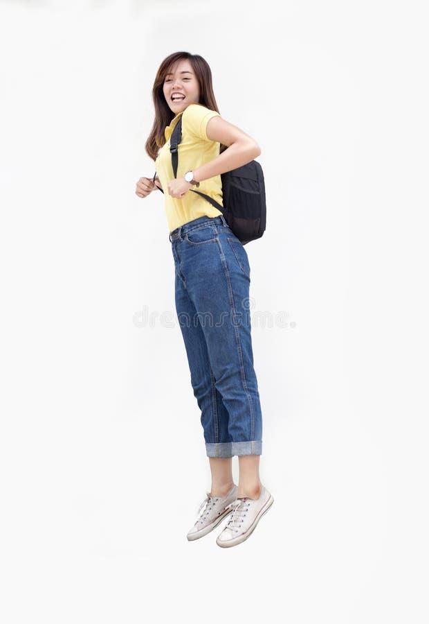 Azjatycka nastoletnia dziewczyna skacze świst z plecakiem zdjęcie stock