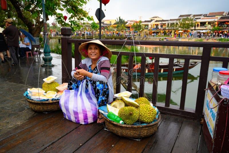 Azjatycka owocowa sprzedawca kobieta w turystycznym miejsce przeznaczenia Hoi, Wietnamskie kobiety w Hoi, Wietnam zdjęcia stock