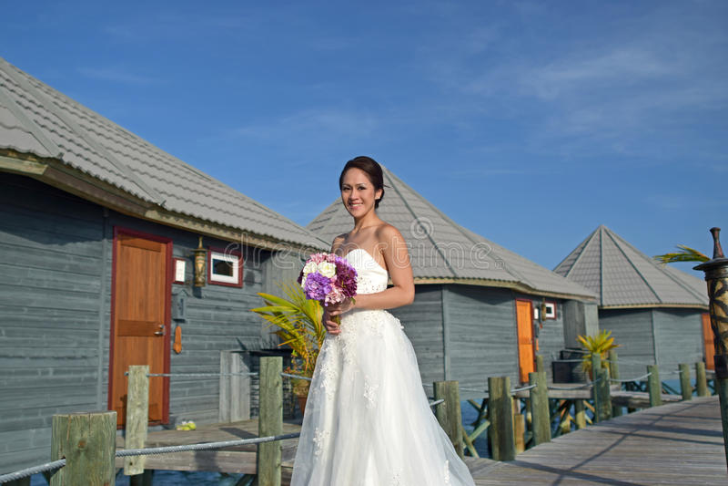 Azjatycka panna młoda w nadmorski ślubu pozie obrazy royalty free