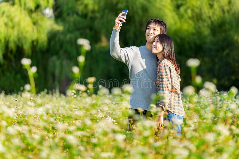 Azjatycka para bierze fotografię telefonem komórkowym zdjęcie stock