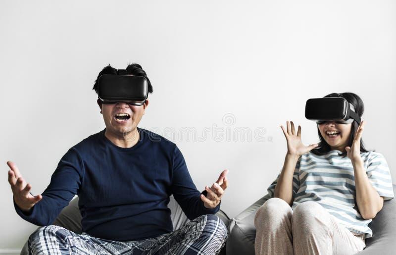 Azjatycka para doświadcza rzeczywistość wirtualną obraz royalty free