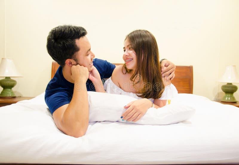 Azjatycka para kłama wpólnie na łóżku zdjęcia royalty free