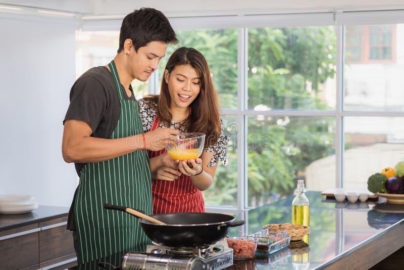 Azjatycka para przy kuchennym pokojem zdjęcia royalty free