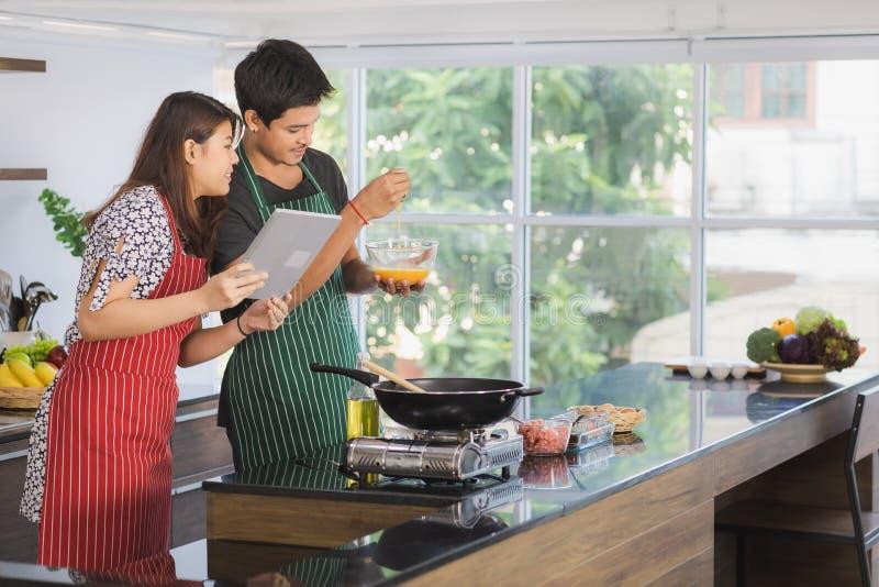 Azjatycka para przy kuchennym pokojem obraz royalty free