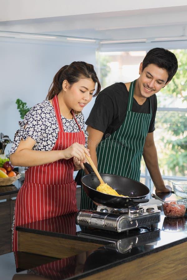 Azjatycka para przy kuchennym pokojem obraz stock