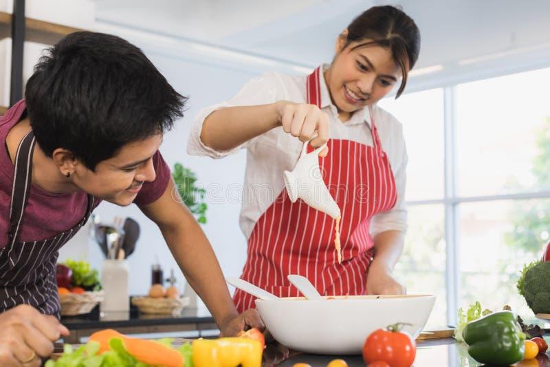 Azjatycka para przy kuchennym pokojem zdjęcie stock