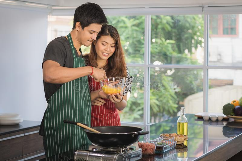 Azjatycka para przy kuchennym pokojem zdjęcia stock