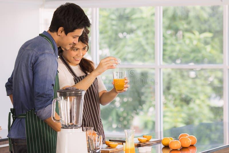 Azjatycka para przy kuchennym pokojem zdjęcie royalty free