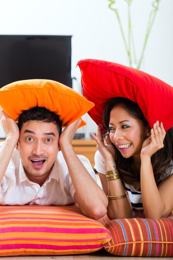 Azjatycka para w ich żywym pokoju w domu obrazy stock