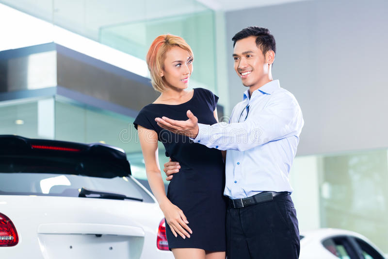 Azjatycka para wybiera luksusowego SUV samochód zdjęcia royalty free