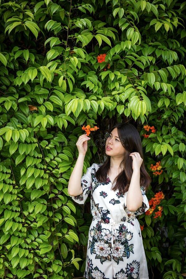 Azjatycka piękna młoda kobieta w ogródzie zdjęcie royalty free