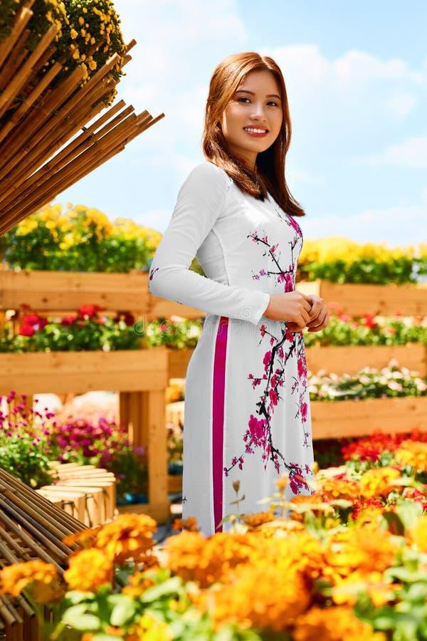 Azjatycka piękno kobieta Jest ubranym Krajową Tradycyjną odzież, Vietna zdjęcia stock