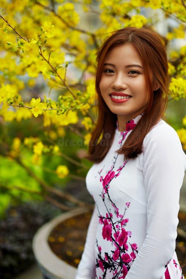 Azjatycka piękno kobieta W Tradycyjnej Wietnam odzieży Azja kultura obraz royalty free