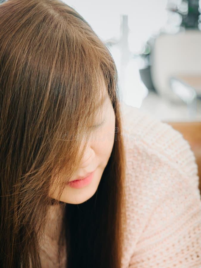 Azjatycka piękno kobieta z brown włosy w dziewiarskim pulowerze podczas ponownego zdjęcie stock