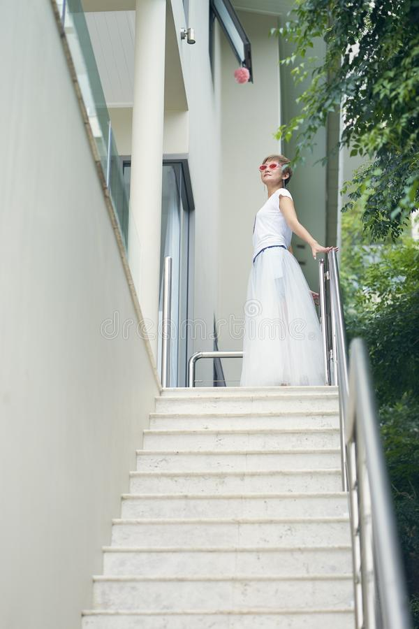 Azjatycka piękno pozycja na krokach willa, pozuje dla fotografii podczas wakacje fotografia royalty free