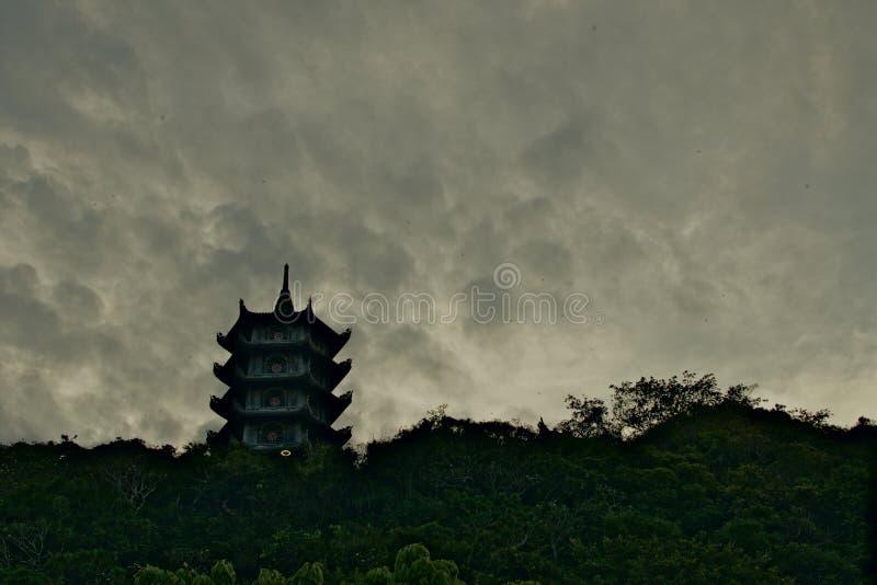 Azjatycka religijna pagoda na ciemnym wieczór nieba tle zdjęcie stock