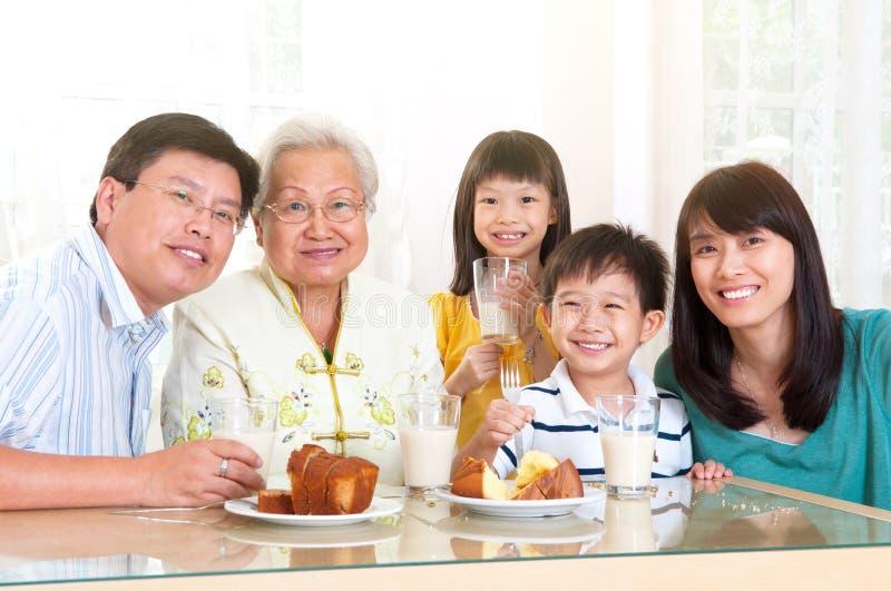 Azjatycka rodzina ciesząca się herbaciany czas fotografia stock