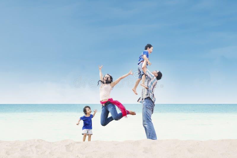 Azjatycka rodzina cieszy się czas przy plażą fotografia royalty free