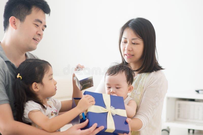 Azjatycka rodzina i teraźniejszości pudełko obraz stock