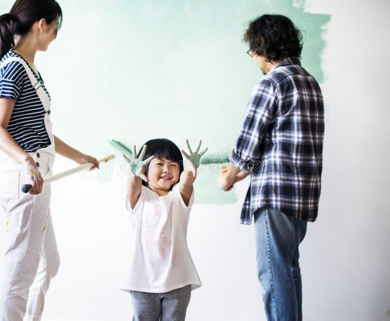 Azjatycka rodzina odnawi dom zdjęcia royalty free