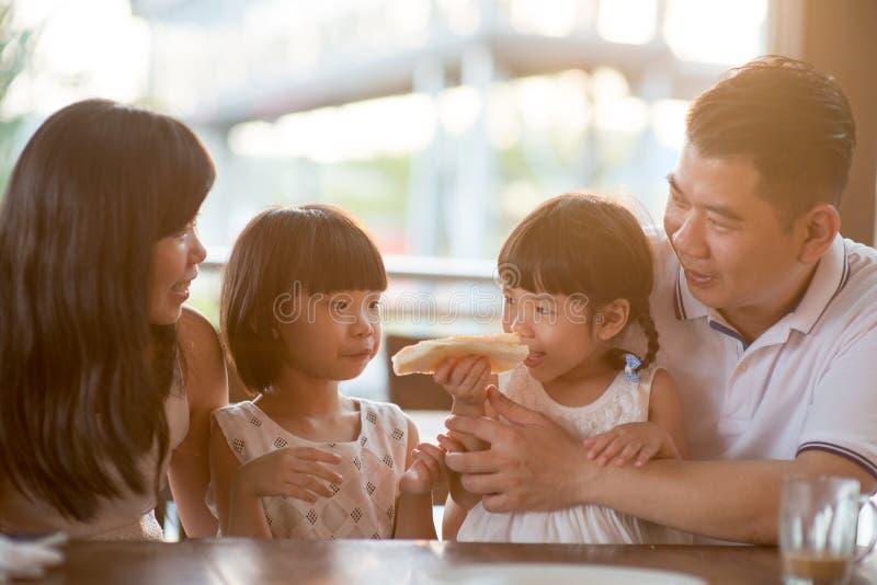 Azjatycka rodzina przy kawiarnią obrazy royalty free