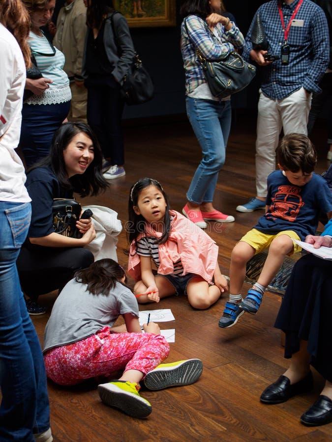 Azjatycka rodzina uczy si? o obrazach przy Musee d ?Orsay, Pary?, Francja obraz stock