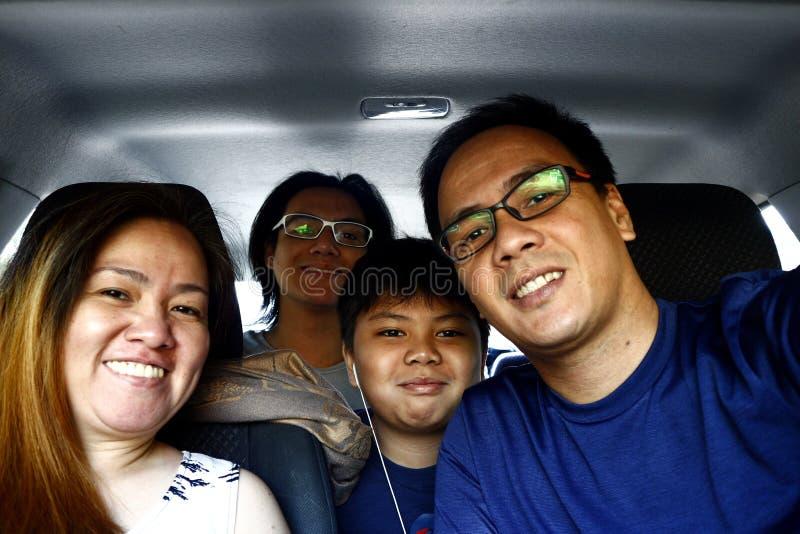 Azjatycka rodzina wśrodku samochodu obraz stock