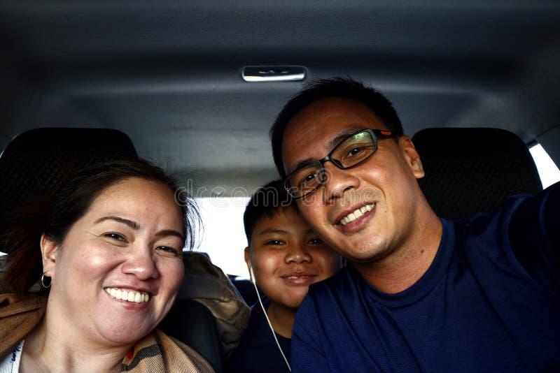 Azjatycka rodzina w?rodku samochodu fotografia stock