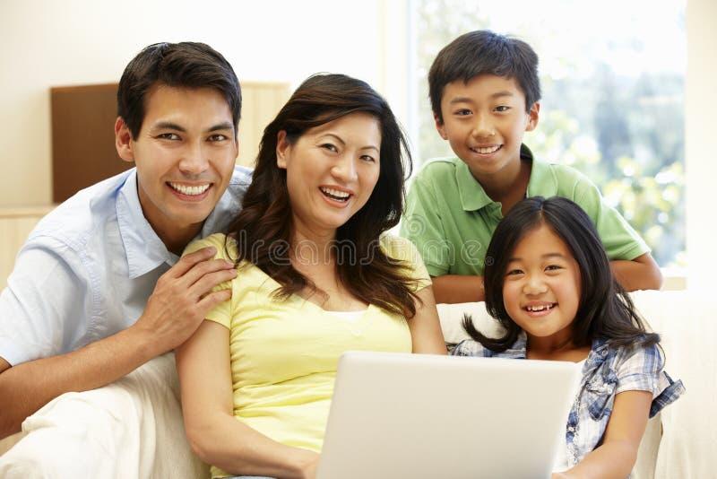 Azjatycka rodzina z laptopem zdjęcie royalty free