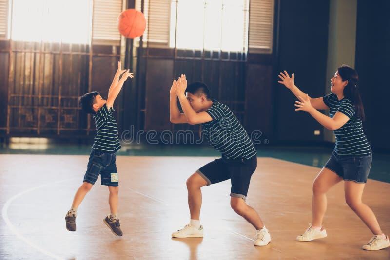 Azjatycka rodzinna bawić się koszykówka wpólnie Szczęśliwi rodzinni wydatki zdjęcia royalty free