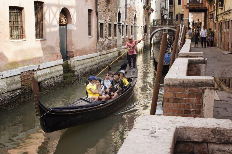 Azjatycka rodzinna przejażdżki gondoli wycieczka turysyczna w Wenecja obrazy stock