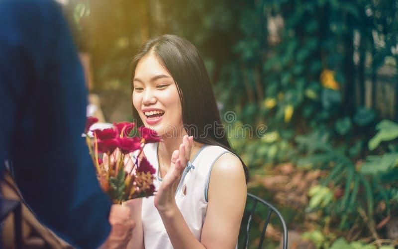 Azjatycka samiec i żeńskie pary symbolizujemy rękę z sh zdjęcia royalty free
