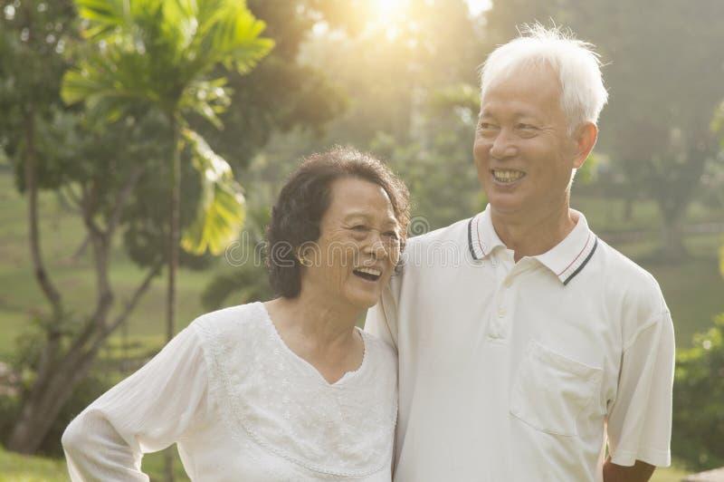 Azjatycka senior para przy plenerowym parkiem zdjęcie stock