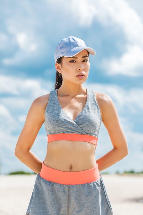 Azjatycka sportsmenka w sportswear zdjęcie stock
