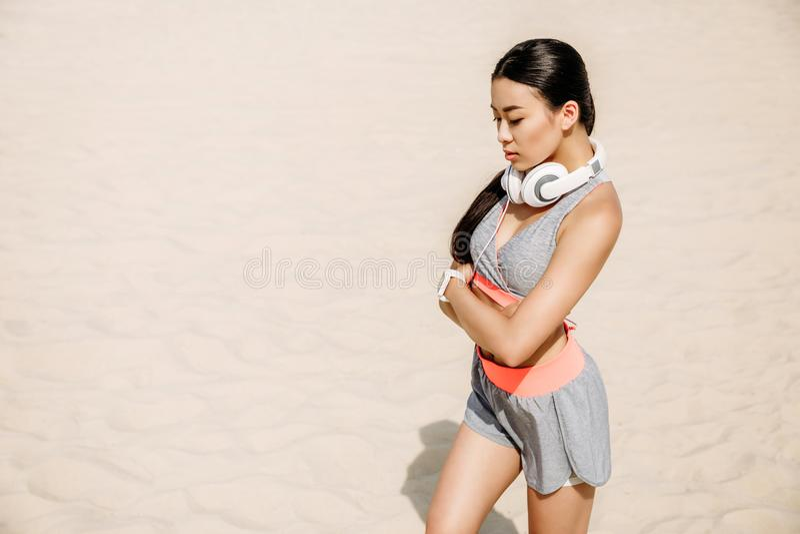Azjatycka sportsmenka z hełmofonami fotografia royalty free