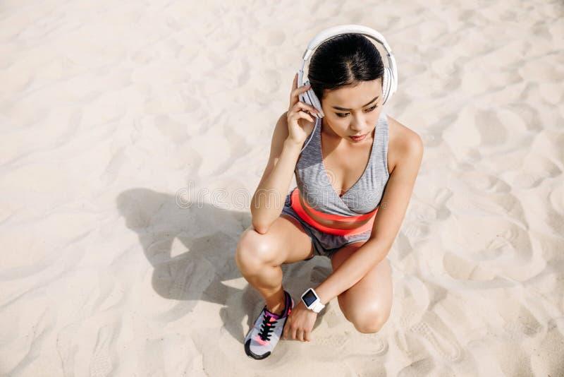 Azjatycka sportsmenka z hełmofonami zdjęcie royalty free
