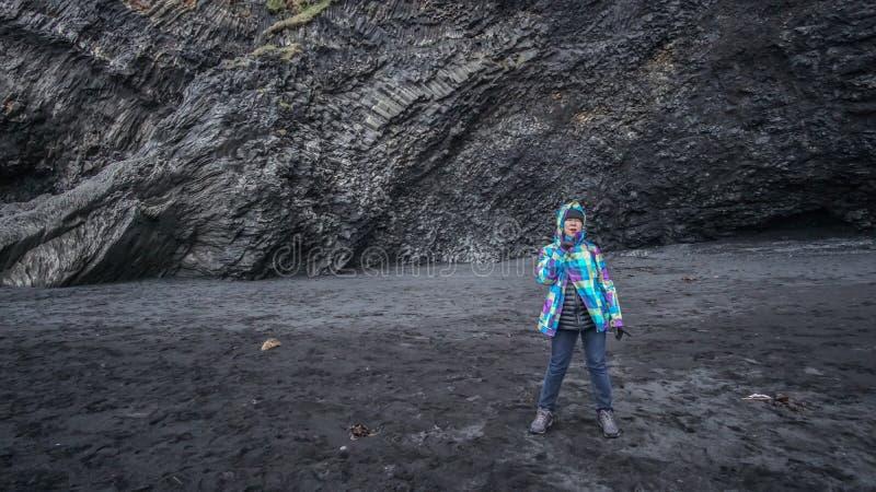Azjatycka starsza kobieta sen wycieczki podróż Icealand, czerni plaża zdjęcia stock