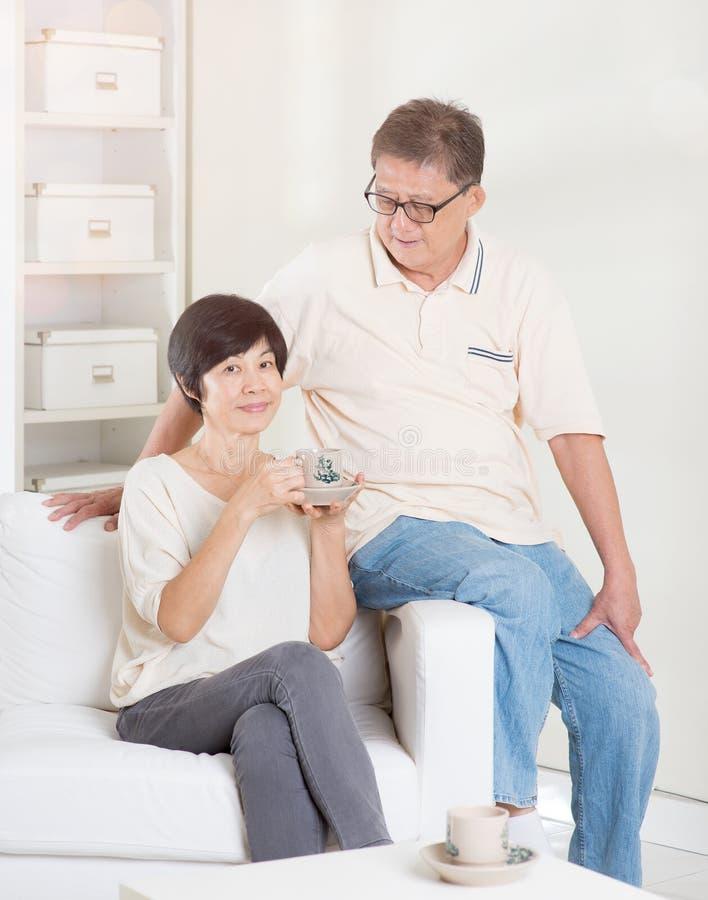 Azjatycka starsza para relaksuje w domu fotografia stock