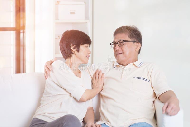 Azjatycka starsza para w domu zdjęcie royalty free