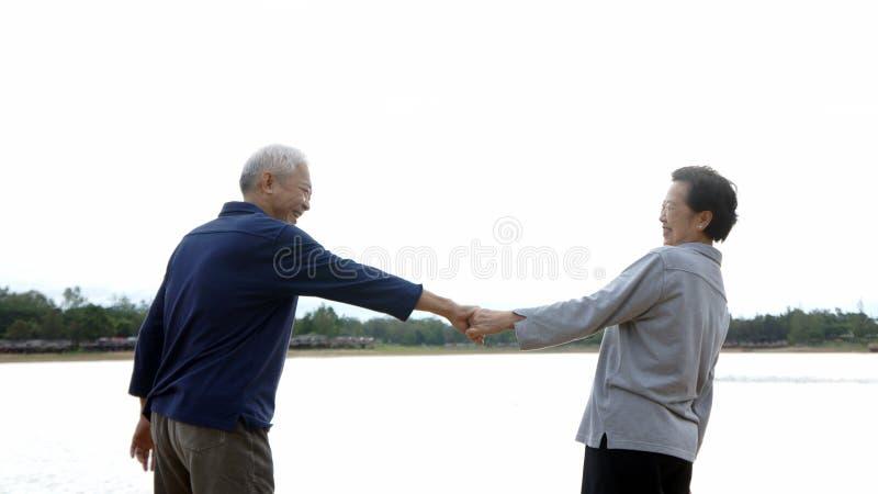 Download Azjatycka Starsza Pary Mienia Ręka Zdjęcie Stock - Obraz złożonej z jezioro, para: 57659826