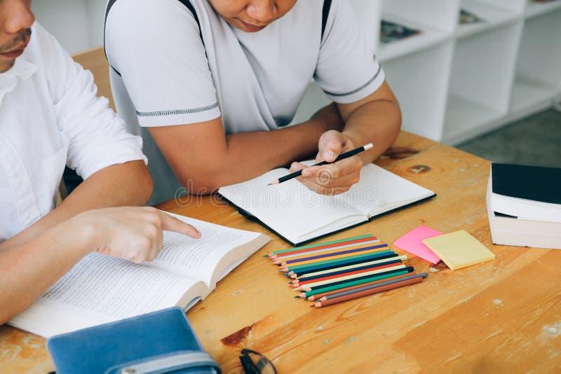 Azjatycka studencka nauka z ksi??kami przygotowywa egzamin w bibliotece zdjęcia royalty free
