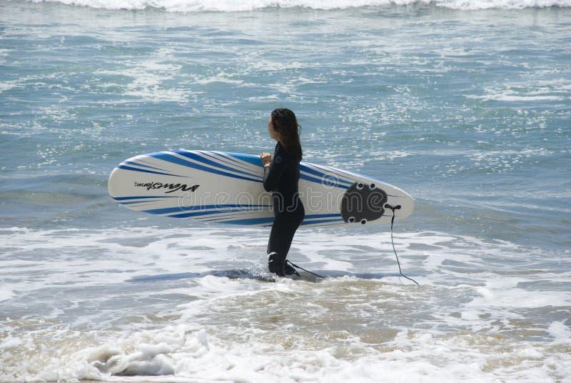 Azjatycka surfingowiec dziewczyna na kalifornijczyk plaży, Los Angeles obraz stock