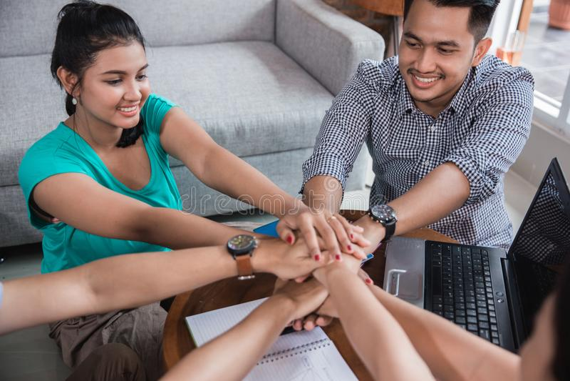 Azjatycka szkoła wyższa przyjaciela potrząśnięcia ręka wpólnie zdjęcie stock