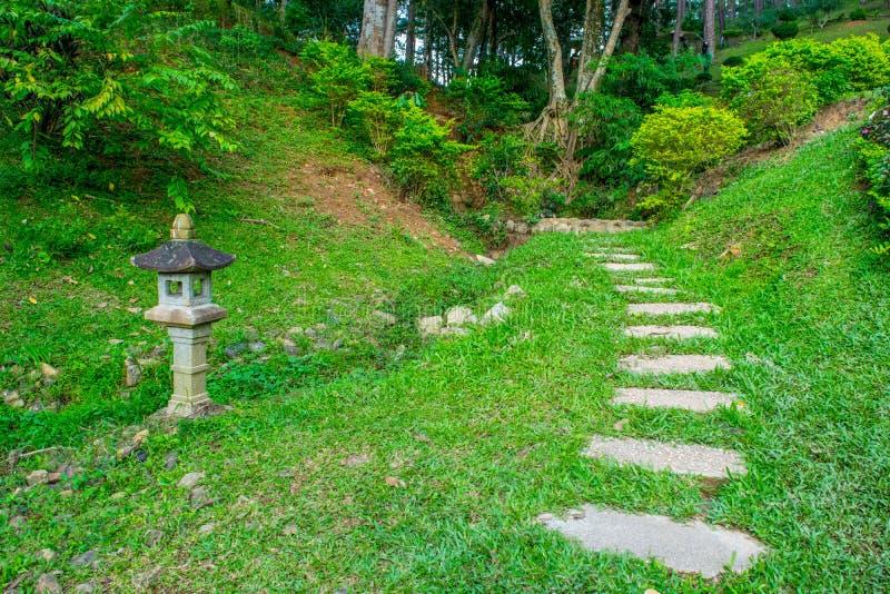 Azjatycka tradycyjna lampa w ogródzie z luksusową gazonu i kamienia drogą przemian obrazy stock